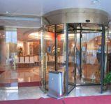 фото карусельные уличные двери гостиницы