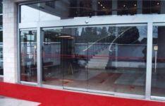 фото мультифасадные уличные двери в офис рекламного агенства
