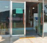 фото офисные входные маятниковые двери интернет - салона