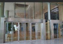фото офисные входные маятниковые двери из стекла