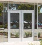 фото офисные входные пластиковые двери туристического центра