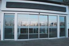 фото офисные входные раздвижные двери торгово-офисного центра