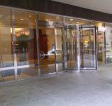 фото офисные входные револьверные двери в холл делового центра
