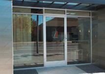 фото пластиковые уличные двери в магазин - кафе