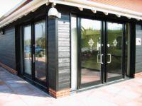 фото входная дверь в частный дом с дизайнерским рисунком на стекле