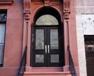 фото входная дверь в жилой дом с арочным сводом