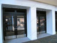 фото двухпальные маятниковые входные двери для магазина