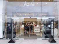 фото стеклянные входные двери для магазина женского белья