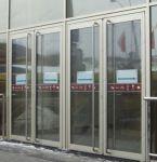 фото двухстворчатая входная дверь в торговый центр