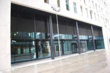 фото глянцевая входная дверь в торговый центр