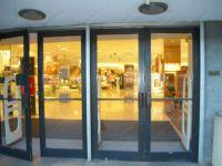 фото маятниковая двухстворчатая входная дверь в торговый центр