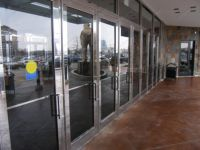 фото многоуровневая входная дверь в торговый центр