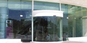 фото полукруглая входная дверь в торговый центр