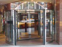 фото радиусная двухстворчатая входная дверь в торговый центр