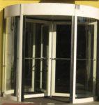 фото радиусная револьверная входная дверь в торговый центр
