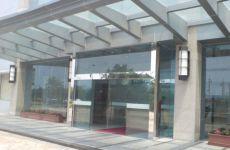 фото стеклянная входная дверь в торговый центр
