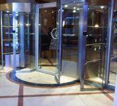 фото входная дверь в торговый центр из не ржавеющей стали