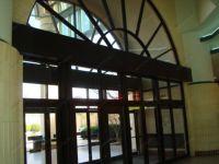 фото входная дверь в торговый центр с арочным сводом