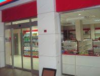 фото входные двери со стеклом в магазин