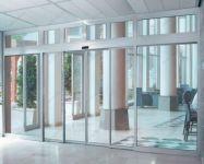 фото алюминевые двухстворчатые телескопические входные двери