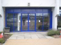 фото алюминевые двухстворчатые входные двери