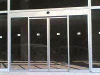 фото алюминевые входные двери с зеркальным стеклом