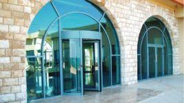 фото алюминевые входные двери со стеклом