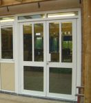 фото алюминевые распашные двери для кафе
