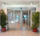 фото автоматические двухстворчатые раздвижные двери алюминевые