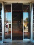 фото автоматические раздвижные двери алюминевые для офиса