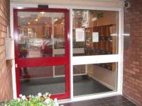фото автоматические раздвижные двери алюминевые одностворчатые