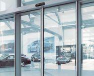 фото автоматические раздвижные двери алюминевые в автосалоне