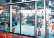 фото автоматические раздвижные двери алюминевые в кафе