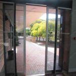 фото автоматические раздвижные двери алюминевые в ресторан