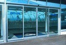 фото автоматические раздвижные двери алюминевые в спортивный комплекс