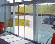 фото автоматические стеклянные раздвижные двери алюминевые в автосервисе