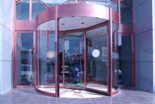 фото карусельные стеклянные двери