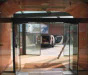 фото маятниковые автоматические двери алюминевые