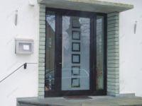 фото маятниковые двери алюминевые с пескоструйным стеклом