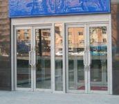 фото маятниковые двухпальные двери алюминевые