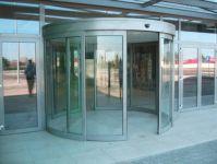 фото радиусные автоматические двери из алюминиевого профиля