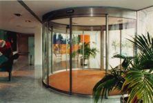 фото радиусные автоматические двери из стального профиля