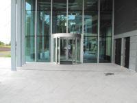 фото радиусные автоматические двери со стеклом