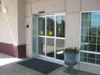 фото телескопические раздвижные двери для магазина одежды