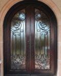 фото кованные двухпальные входные двери с арочным сводом