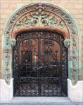 фото кованные входные двери при въезде в жилой дом