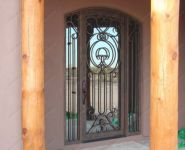 фото кованные входные двери с арочным сводом