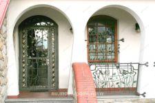фото кованные входные двери со стеклом