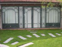 фото металлические кованые распашные двери со стеклом