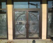 фото металлические маятниковые двери со стеклом